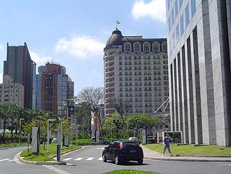 Centro Empresarial Nações Unidas - Entrance along Engenheiro Luís Carlos Berrini Avenue.