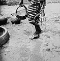 COLLECTIE TROPENMUSEUM Een Samo vrouw wast haar voeten door er net geput water overheen te gieten TMnr 20010189.jpg