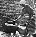 COLLECTIE TROPENMUSEUM Een oudere Samo vrouw roert in een kookpot TMnr 20010242.jpg