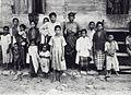 COLLECTIE TROPENMUSEUM Groepsportret met het gezin van Toekoe Anda Sawang Atjeh TMnr 60039803.jpg