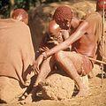 COLLECTIE TROPENMUSEUM Masai ouderen en een jonge krijger spelen een dobbelspel TMnr 20038846.jpg