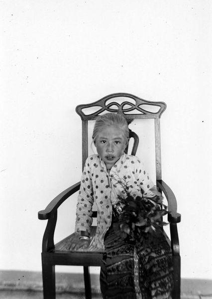 426px COLLECTIE TROPENMUSEUM Portret van een Soendanees albino meisje te Bandung TMnr 10004984 Foto   Foto Orang Indonesia di Tahun 1908