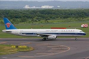 日本語: 中国南方航空のエアバス A321-200型機(登録番号B-6308)。新千歳空港タ...