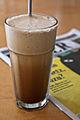 Cafe-frape-glas-holztisch-unscharf.jpg