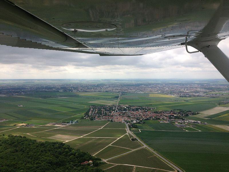 Cernay vu du ciel. Au loin, Reims.