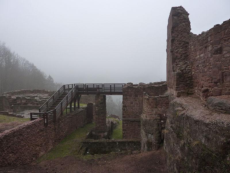 Entrée actuelle du château de Lutzelbourg, Lutzelbourg, Moselle, France