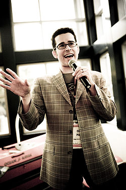 Chris Pirillo speaking at Gnomedex in 2007 photograph by Kris Krug.jpg