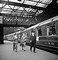 Conducteur en twee reizigers op het perron van Waverley Station, Bestanddeelnr 254-3516.jpg
