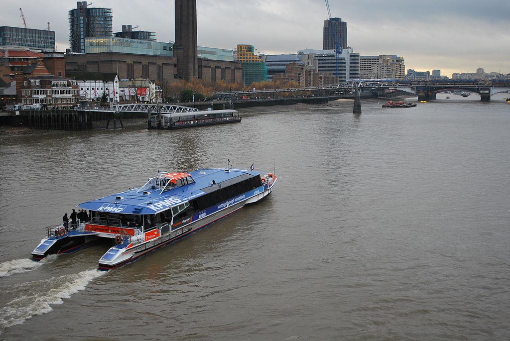 جولة في مدينة الضباب ( لندن ) 1024px-Cyclone_Clipper_-_Thames_Clippers.JPG