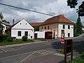 Dolní Chabry, Bílenecké náměstí čp. 7 a 37, hostinec u Míšků.jpg