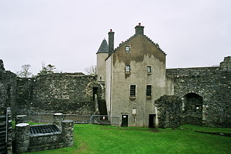 Dunstaffnage Castle - The gatehouse, with the remains of the north-east hall range to the left