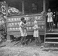 Een hindoestaans gezin maakt een handafdruk op een woning van een landarbeider w, Bestanddeelnr 252-6522.jpg
