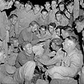 Een militair leest 's avonds een spannend verhaal voor in het kamp Morib Beach o, Bestanddeelnr 255-8264.jpg
