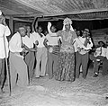 Een verklede man danst op een Hindoestaans feest in Paramaribo, Bestanddeelnr 252-2574.jpg