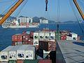 Ein Container wird von Deck gehievt.jpg