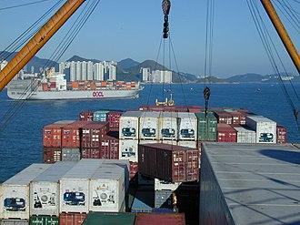 Stevedore - Image: Ein Container wird von Deck gehievt