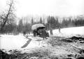 Ein Lastwagen kämpft sich durch Schnee und Morast - CH-BAR - 3241025.tif