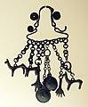 Età del ferro, monili piceni, medio-adriatici e dell'italia meridionale, 800-690 ac ca., pendaglio con cavallucci, bulle e mani.jpg