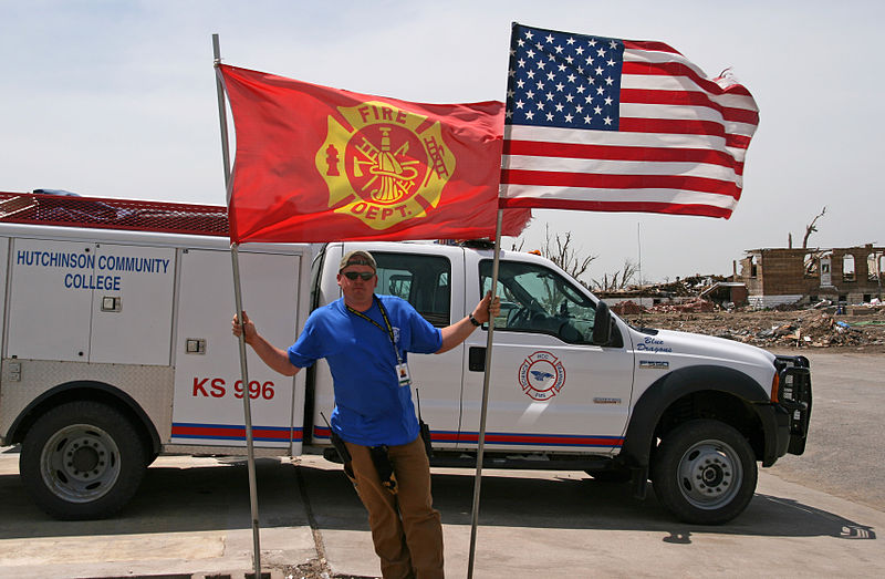 File:FEMA - 33068 - Greensburg fire chief holding up flags in Kansas.jpg