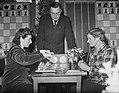 Fenny Heemskerk (links) en mevrouw Roodland (met Max Euwe) tijdens schaakkampioe, Bestanddeelnr 904-3924.jpg