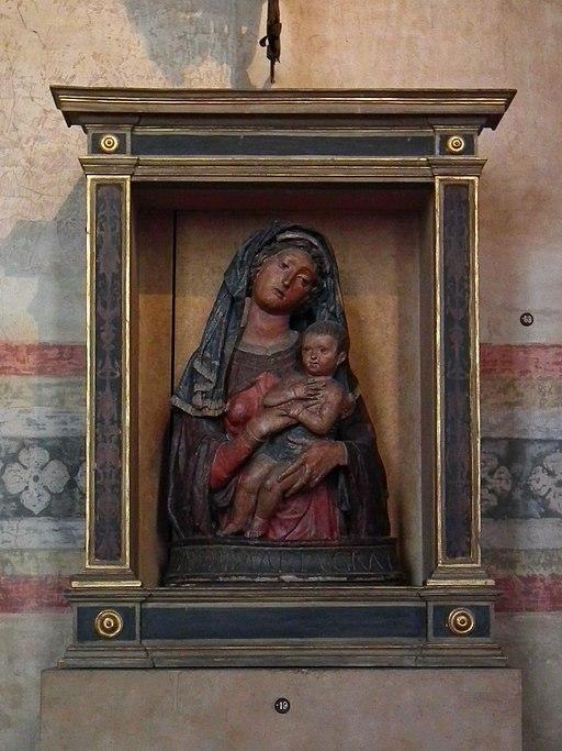 Madonna col Bambino, attribuito a Giovanni da Pisa (–1460), tra il 1445 e il 1450 circa, stucco policromato, 103 × 65 cm, Cenacolo di Santo Spirito (Fondazione Salvatore Romano)