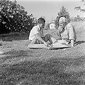 Fotograaf Willem van de Poll (r) en een onbekende man, zittend op een gazon, Bestanddeelnr 255-0670.jpg
