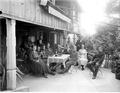 Gemütliches Zusammensein am Tisch auf der Terrasse - CH-BAR - 3241443.tif