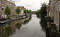 Gracht durch ein Wohngebiet- Leiden- Südholland.jpg