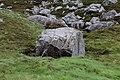 Großer Felsblock, Harris nahe des Weges zwischen Aird Mhige und Seilebost.jpg