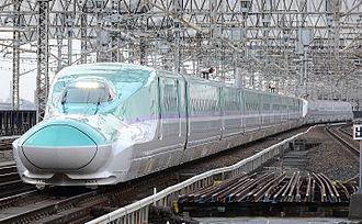 Hokkaido Shinkansen - Image: H5kei hayabusa and E6kei komachi