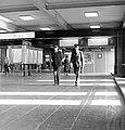 HUA-171769-Afbeelding van twee patrouillerende agenten van de spoorwegpolitie in de Jaarbeurstraverse bij het N.S.-station Utrecht C.S. te Utrecht.jpg