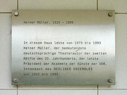 98d340962d2cf8 Gedenktafel am Wohnblock in Berlin-Friedrichsfelde