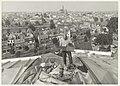 Henk Bloem aan het werk op het zinken dak van De Koepel, NL-HlmNHA 54031403.JPG