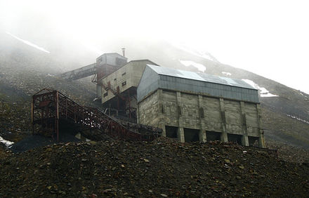 Abandoned mine at Longyearbyen Hillside mine on Svalbard.jpg