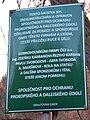 Hlubočepy, most přes Dalejský potok u hranice Jinonic, tabulka.jpg
