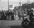 Inhuldiging koningin Juliana. Rijtoer met de Gouden Koets door Amsterdam. De bui, Bestanddeelnr 900-0268.jpg