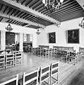 Interieur overzicht raadzaal voor de restauratie - Bergen op Zoom - 20324494 - RCE.jpg