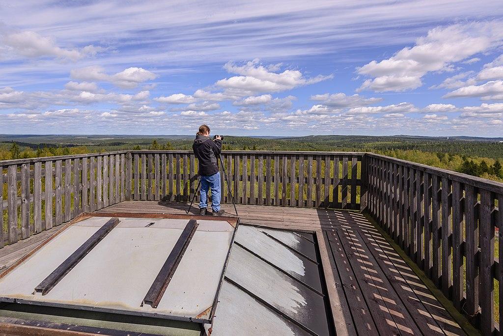 Vivo med kamera högst upp på en gruvlave och en milsvid utsikt framför honom.