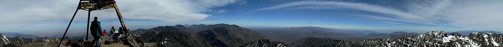 سلسلة جبال الأطلس الكبير التي تضم جبل توبقال، أعلى قمة في العالم العربي وثاني أعلى قمة في أفريقيا