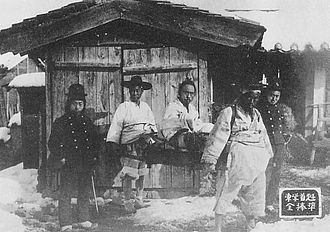 Jeon Bongjun - Jeon Bong-jun, seated at center, after his capture at Ugeumchi in 1894.
