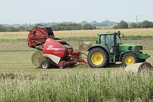 John Deere 6930P, Lely Welger RP 435, round hay bales.jpg