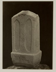 KITLV 28243 - Isidore van Kinsbergen - Stone (front) with inscriptions at the residency in Kediri - 1866-12-1867-01.tif