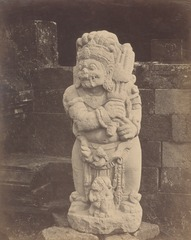 KITLV 87908 - Isidore van Kinsbergen - Sculpture of a temple guard at Tjandi Panataran near Blitar - Before 1900.tif