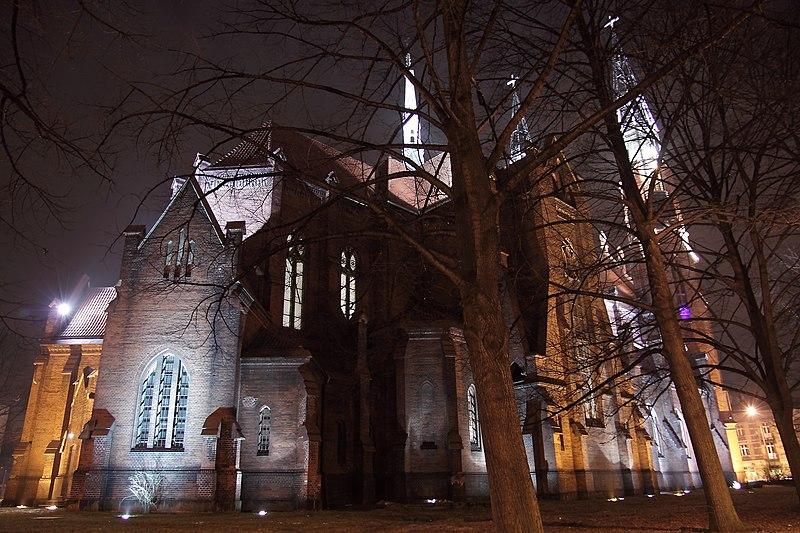 File:Kościół pw św. Tomasza Apostoła w Sosnowcu widok z tyłu..JPG