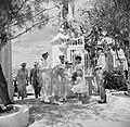 Koningin Juliana krijgt bij aankomst op Bonaire bloemen aangeboden, Bestanddeelnr 252-3816.jpg