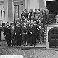 Koningin Juliana te midden van de delegatie rechts naast haar de heer A. Geyer,, Bestanddeelnr 917-9598.jpg