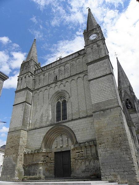 Façade occidentale de la collégiale du Puy-Notre-Dame (49).