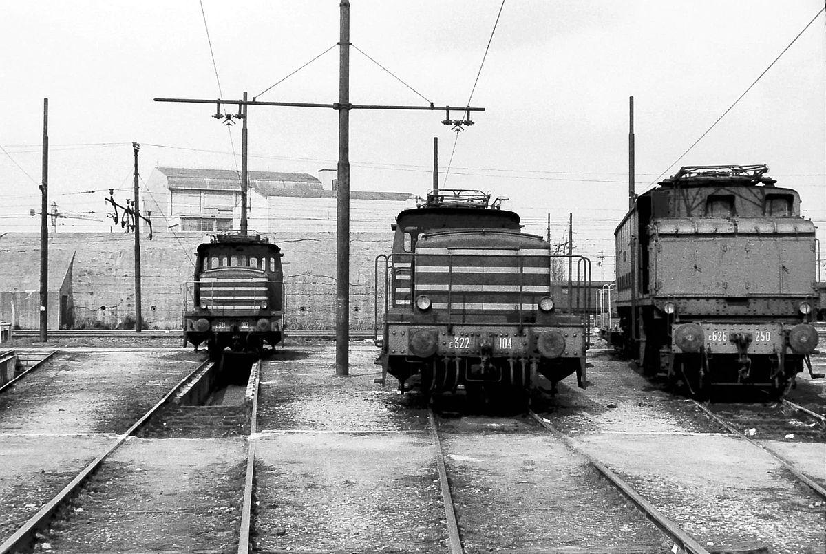1200px-Locomotive_FS_E.321.002_e_E.322.1