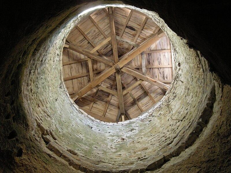 Toit de la chapelle troglodytique, dans le village de Louresse-Rochemenier, Maine-et-Loire (France)