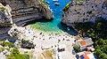 Luftbild vom Strand an der Bucht Stiniva auf der Insel Vis in Kroatien (48608657506).jpg